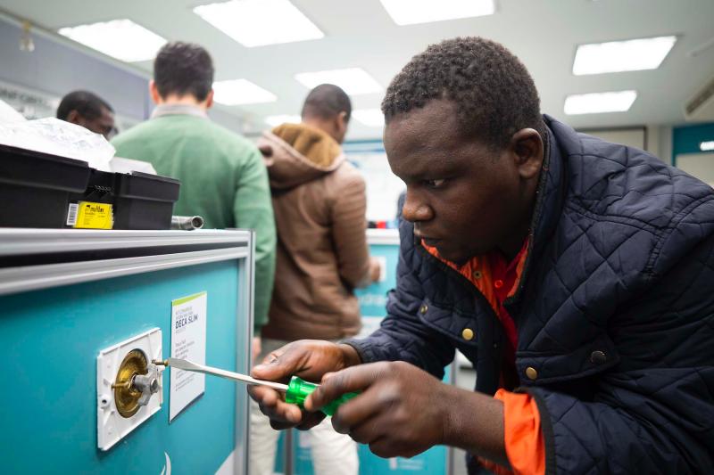 refugiados fazem curso de hidráulica na deca.